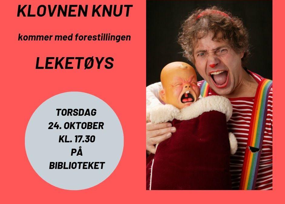 Klovnen Knut kommer til biblioteket med «Leketøys»